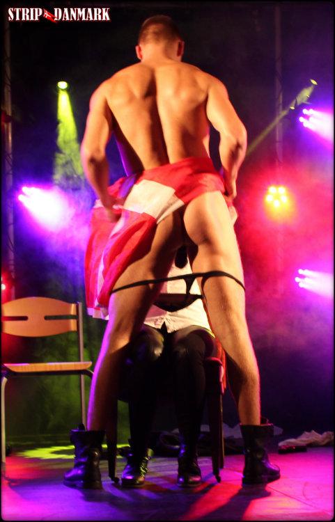 Mandestrip show handstand på barstol Jylland