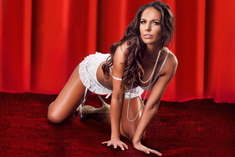 Smuk brunette stripper Fyn med frækt show
